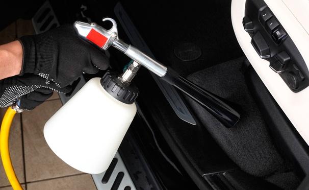 Скидка на  Химчистка салона автомобиля в техцентре RedSQare: химчистка пола, сидений, панели приборов, дверей, потолка, чистка салона и багажника пылесосом, чистка воздуховодов. Скидка 83%